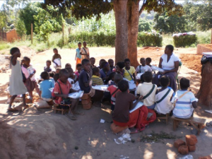 Mozambique_children studying under tree