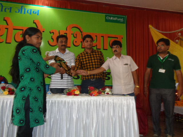 Sonom, 17, a child marriage activist from Madhya Pradesh, receives an award at the âAnmol Jeevanâ literacy campaign event.